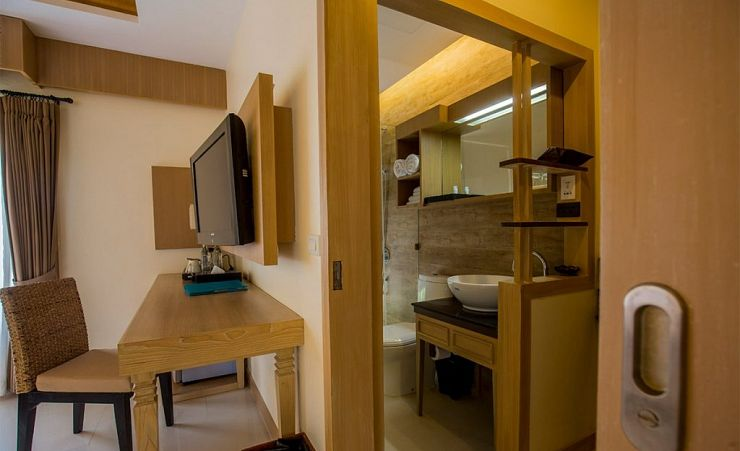 Deluxe Room Facilities And Bathroom